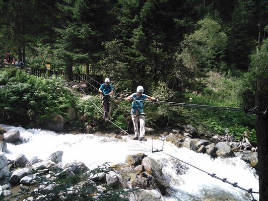 2. Beim Überqueren der Seilbrücke