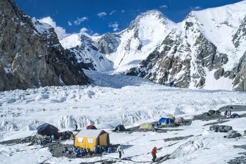 Basislager Hidden Peak und Gasherbrum II sowie Hidden Peak-8080 M klein